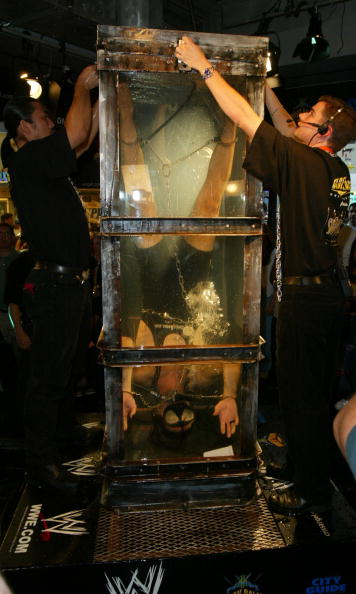 Postmodern「Criss Angel Performs Death Defying Stunt IN WATER TORTURE CELL FOR 24 HOURS」:写真・画像(19)[壁紙.com]