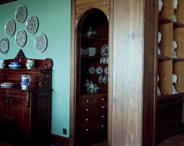 Crockery「View of crockery arranged on wooden shelves」:写真・画像(11)[壁紙.com]