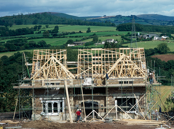 Brick Wall「Cardiff, Cefn Mably. Luxury housing development in 12 acres of parkland by regional developer Meadgate Homes overlooking countryside. Showhome under construction in parkland setting with rural countryside beyond.  Shell building with roof trusses nearing」:写真・画像(19)[壁紙.com]