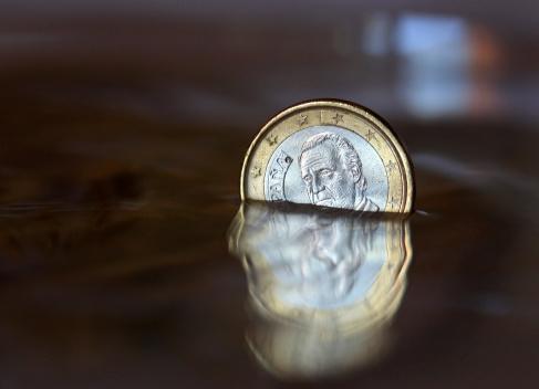 硬貨「Spanish one euro coin underwater, close up」:スマホ壁紙(10)
