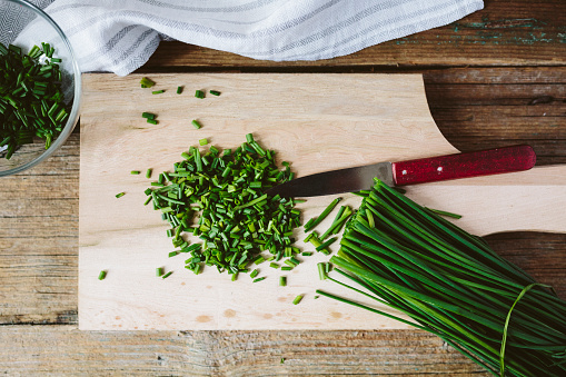 Chive「Chopped and whole chives and kitchen knife on wooden board」:スマホ壁紙(11)