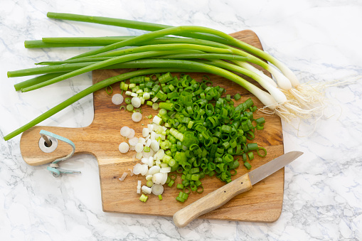 Scallion「Chopped and whole spring onions on wooden board」:スマホ壁紙(14)