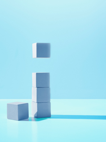 Five Objects「Block hovering over stack of blocks」:スマホ壁紙(9)