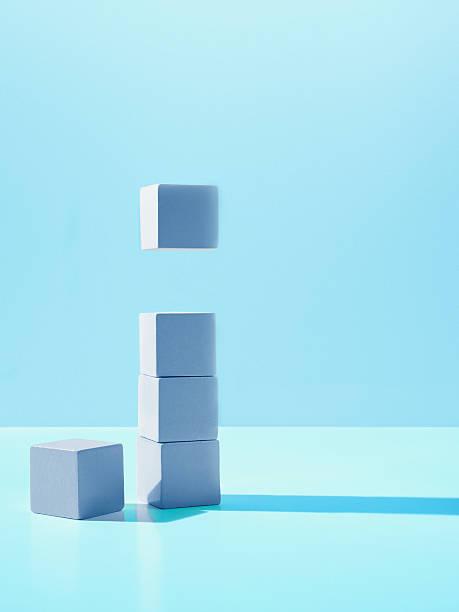 Block hovering over stack of blocks:スマホ壁紙(壁紙.com)