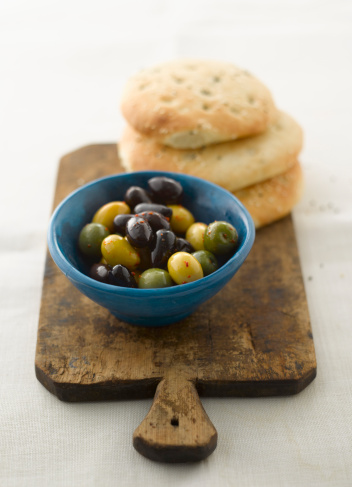 Black Sesame Seed「Mixed olives with pitta bread, close up」:スマホ壁紙(11)