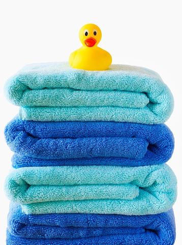 おもちゃのアヒル「A Rubber Duck Sitting On A Pile Of Blue Bath Towels」:スマホ壁紙(18)