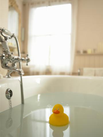 おもちゃのアヒル「Rubber duck floating in bath」:スマホ壁紙(18)