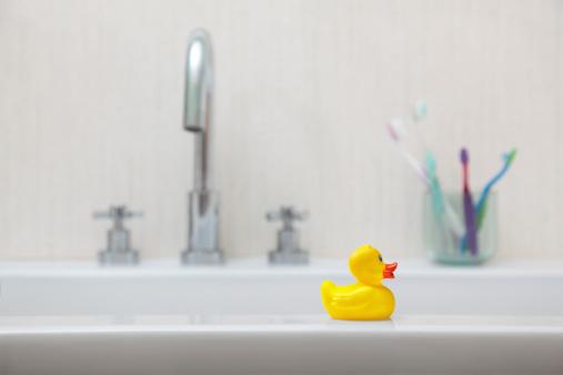 スイセン「Rubber duck in a bathroom」:スマホ壁紙(0)