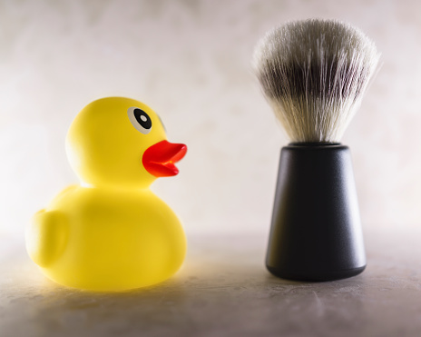おもちゃのアヒル「Rubber Duck and a Shaving Brush」:スマホ壁紙(3)