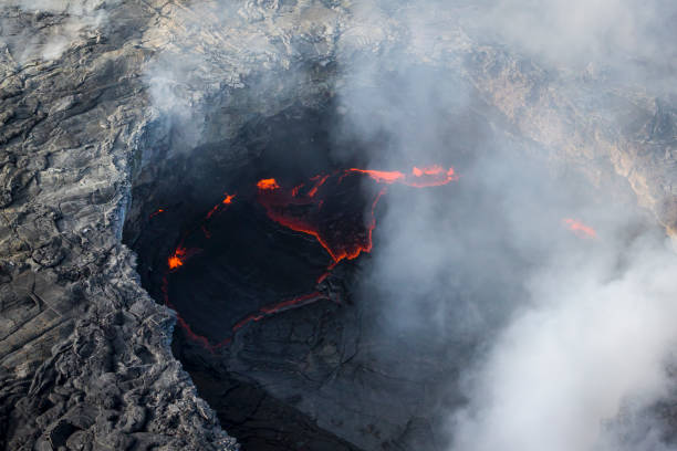 Pu'u O'o caldera site on current Kilauea Volcano eruption on Hawaii Island:スマホ壁紙(壁紙.com)
