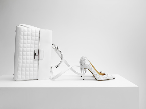 High Heels「A white bag with white shoes in the form of Cinderella's coach」:スマホ壁紙(4)