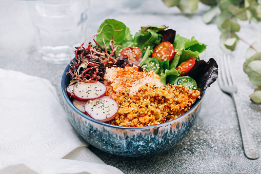 Silverware「Vegan buddha bowl with hummus, quinoa with curry, lettuce, sprouts, green and red cherry tomatoes, sliced radish and sesame and poppy seeds」:スマホ壁紙(14)