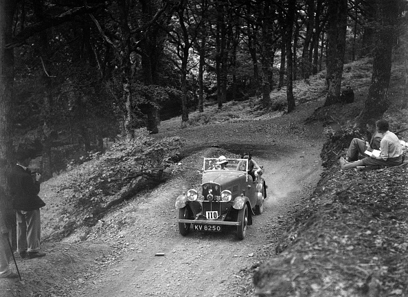Country Road「Triumph open tourer taking part in the B&HMC Brighton-Beer Trial, Fingle Bridge Hill, Devon, 1934」:写真・画像(14)[壁紙.com]