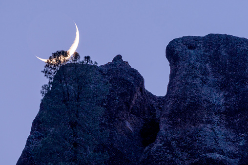 半月「High Peaks Crescent Moonset」:スマホ壁紙(12)