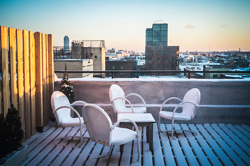 Balcony「Patio furniture in snow on urban rooftop, New York, New York, United States」:スマホ壁紙(9)