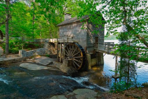 Stone Mountain - Georgia「USA, Georgia, Stone Mountain, Watermill in trees」:スマホ壁紙(3)