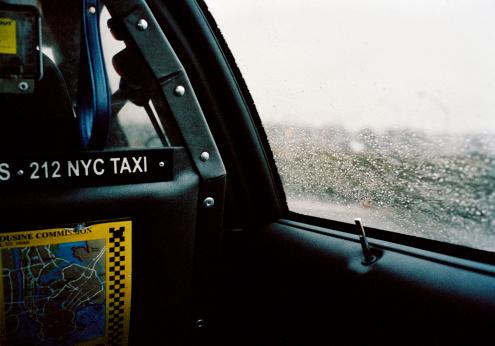 Taxi「Rain drops on window of taxi cab, close-up」:スマホ壁紙(13)