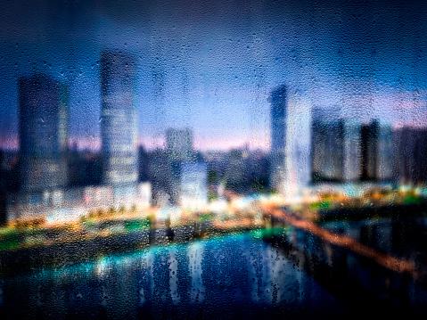 雨「バック グラウンドで多重建物で窓に雨の滴」:スマホ壁紙(18)