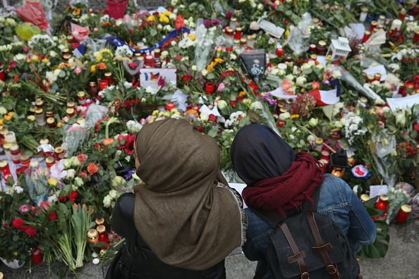 Mourner「Muslims Protest Against Paris Terror Attacks」:写真・画像(17)[壁紙.com]