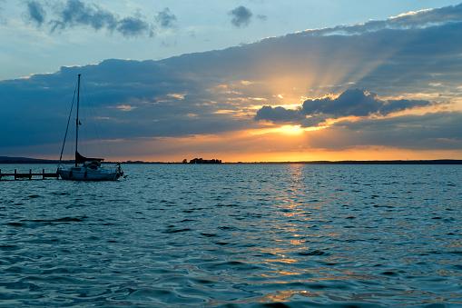 船・ヨット「夕暮れの雲の後ろに太陽光線が付いている湖」:スマホ壁紙(7)