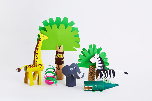 Giraffe「Cardboard tube grassland animal scene」:スマホ壁紙(3)
