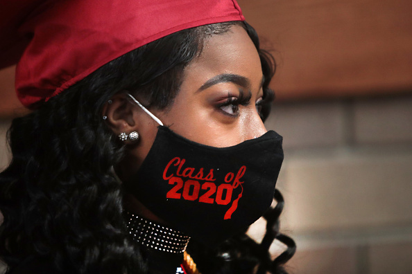High School「Illinois High School Holds Socially Distanced Graduation During Coronavirus Pandemic」:写真・画像(6)[壁紙.com]