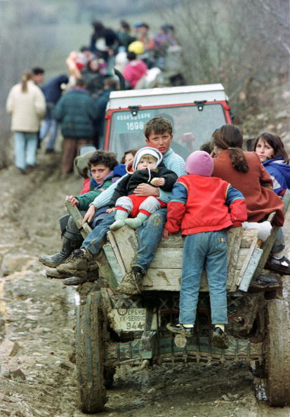 Extreme Terrain「Ethnic Albanian Refugees From Marina Ride Tractors Down A Rugged Mountain Track As They Escape Fighi」:写真・画像(19)[壁紙.com]