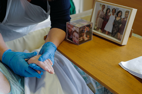 Visit「Rapid Covid-19 Testing In Cornwall Care Home Allows Long-awaited Contact Between Families」:写真・画像(16)[壁紙.com]