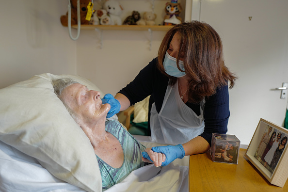 Visit「Rapid Covid-19 Testing In Cornwall Care Home Allows Long-awaited Contact Between Families」:写真・画像(15)[壁紙.com]