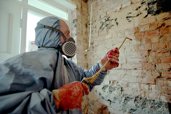 Wet「Damp Proofing. Applying chemical treatments with a spray gun.」:写真・画像(16)[壁紙.com]