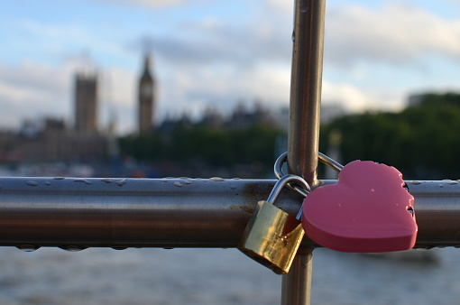 Love fortune「Heart shaped padlock locked on a bridge, London, England, UK」:スマホ壁紙(8)