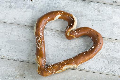 Heart「Heart shaped pretzel on white wood」:スマホ壁紙(19)