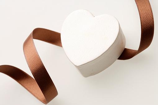 バレンタイン「Heart shaped box and a ribbon」:スマホ壁紙(14)