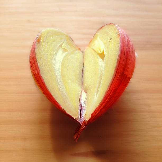 Heart shaped clove of garlic cut in half:スマホ壁紙(壁紙.com)
