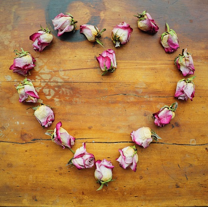 ハート「Heart shape made from dried roses」:スマホ壁紙(17)