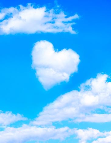 Heart「Heart shaped cloud in blue sky」:スマホ壁紙(9)