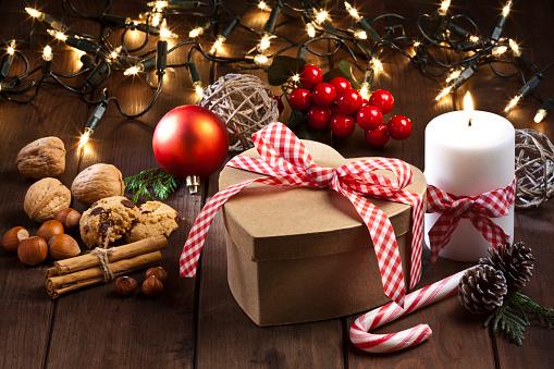 セレクティブフォーカス「ハート形の素朴な木製のテーブルでクリスマス ギフト ボックス」:スマホ壁紙(15)