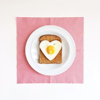 ハート「Heart shaped egg on slice of toast」:スマホ壁紙(3)