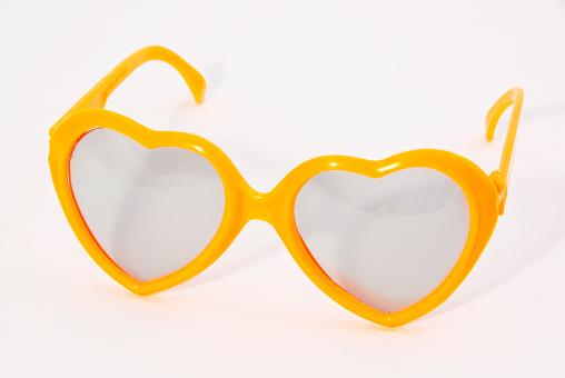 ハート「Heart shaped yellow plastic toy glasses」:スマホ壁紙(7)