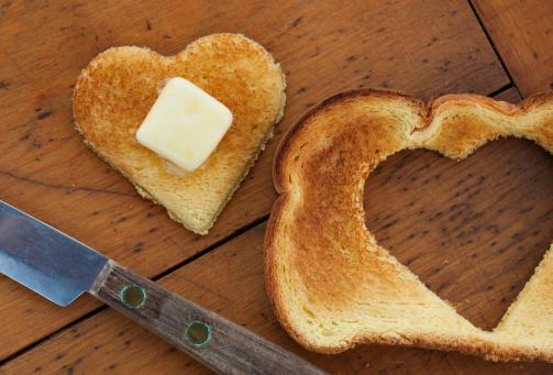 Crunchy「Heart shaped toast on table」:スマホ壁紙(13)