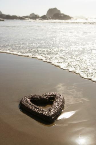 Cannon Beach「Heart shape symbol on beach」:スマホ壁紙(17)
