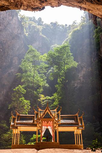 ゴルフ「Royal Sala in Phra Nakorn Cave in Khao Sam Roi Yot, Prachuab Khiri Khan, Thailand.」:スマホ壁紙(19)
