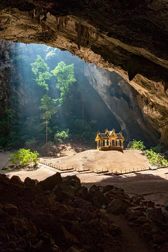 ゴルフ「Royal Sala in Phra Nakorn Cave in Khao Sam Roi Yot, Prachuab Khiri Khan, Thailand.」:スマホ壁紙(17)
