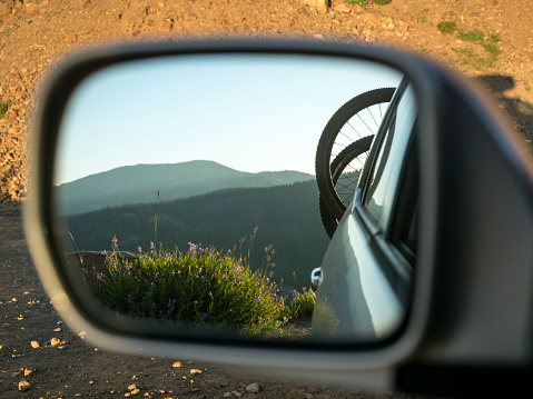 自転車「Bicycles on rack on back of car reflecting in side view mirror, McCall, Idaho, USA」:スマホ壁紙(12)