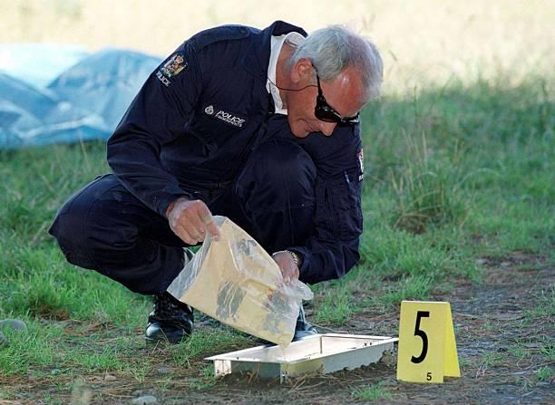 Police forensic scientist makes a plaster of paris:ニュース(壁紙.com)