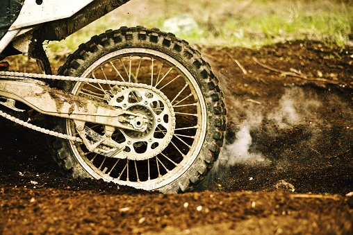 Motorsport「Dirt bike tire smoking in dirt」:スマホ壁紙(13)