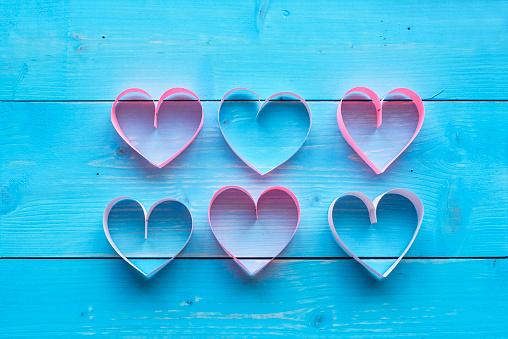 月「Colorful hearts and blue plank. Debica, Poland」:スマホ壁紙(11)