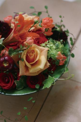 Bouquet「Flower arrangement in a bowl on a table」:スマホ壁紙(9)