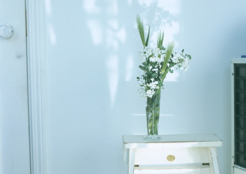 花「Flower arranged in a glass bowl on stool」:スマホ壁紙(10)
