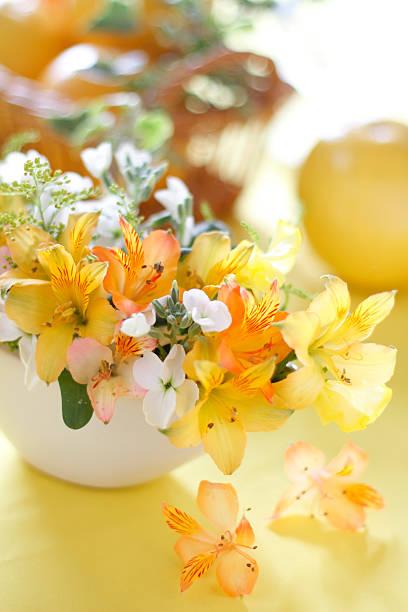 Flower arrangement on table:スマホ壁紙(壁紙.com)